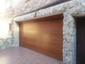 Puerta seccional acabado Madera